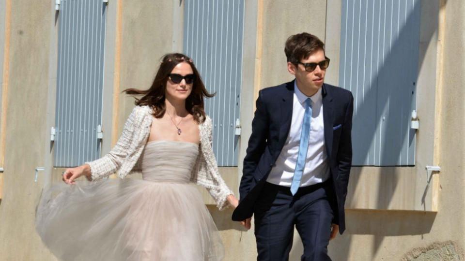 Двамата младоженци на излизане от кметството във френския град Мазан след сключването на техния брак