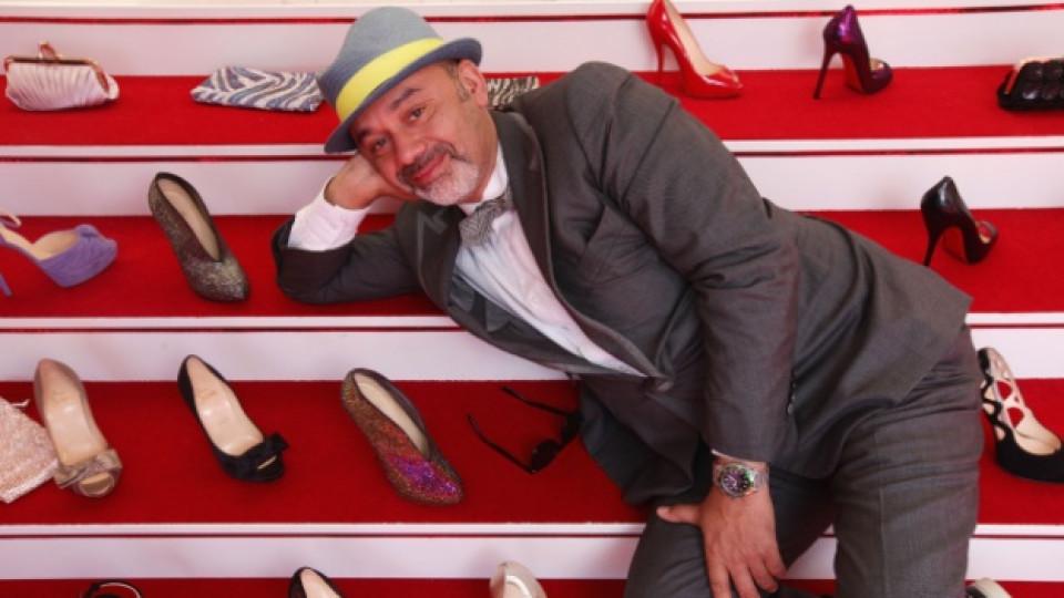 Кристиан Лубутен позира със своя колекция обувки по време на кинофестивала в Кан през 2010 г.
