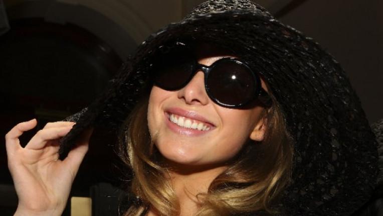 жена красота усмивка шапка лице