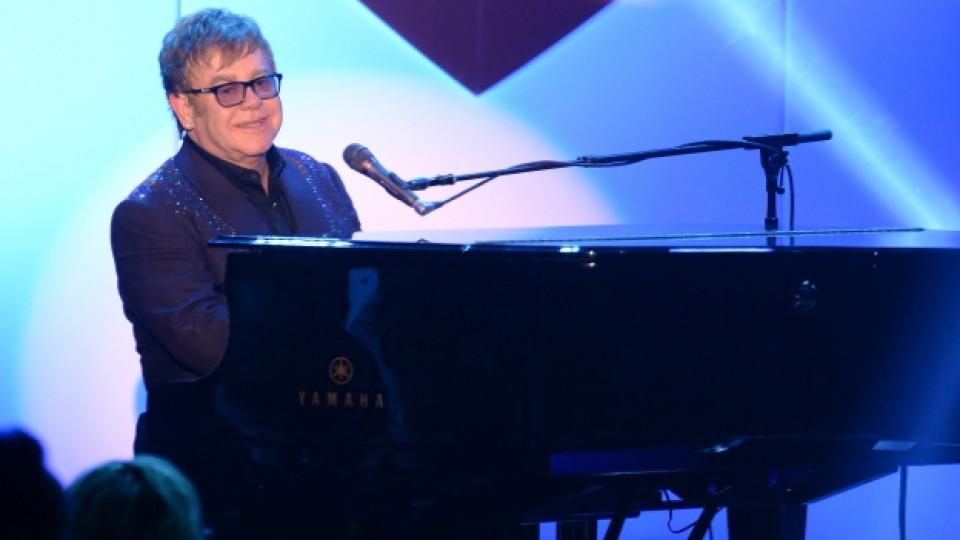 """Елтън Джон е носител на няколко награди """"Грами"""", а също и на """"Златен глобус"""", """"Тони"""" и """"Оскар"""" - за музиката към анимационния филм """"Цар Лъв"""", създаден през 1994 г."""