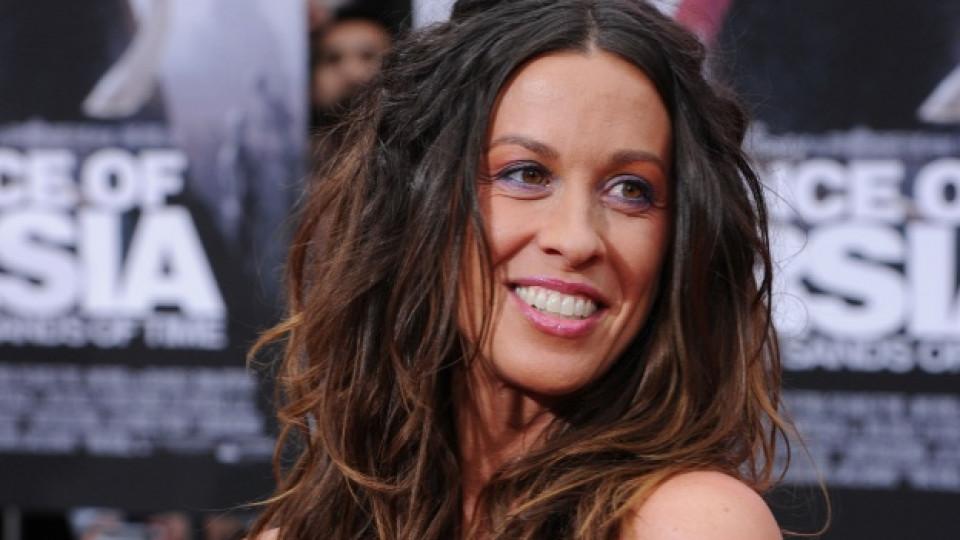 Между 2004 г. и 2007 г. певицата бе омъжена за актьора Райън Рейнолдс
