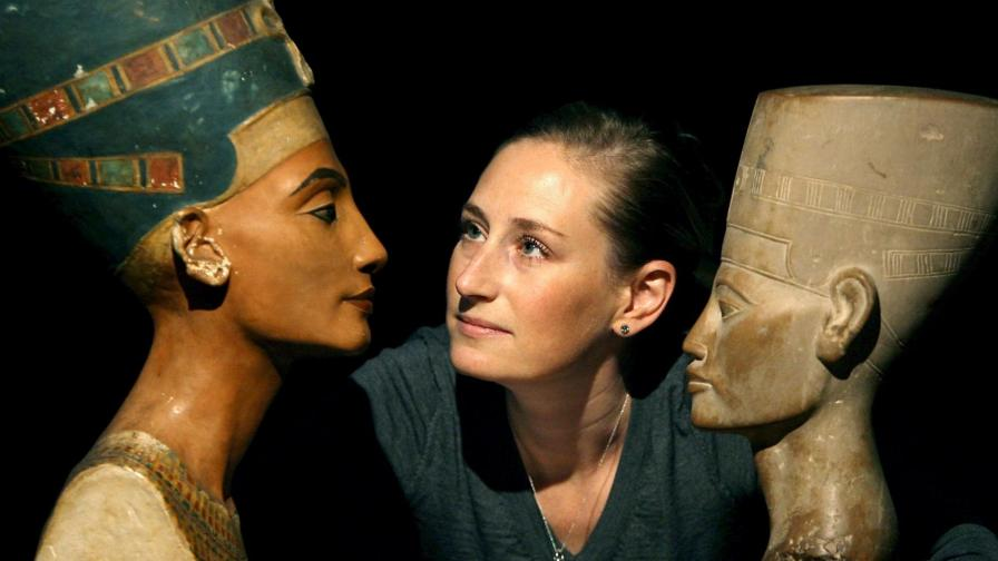 През 1912 г. археологът Людвиг Борхарт намира три бюста на египетската царица.