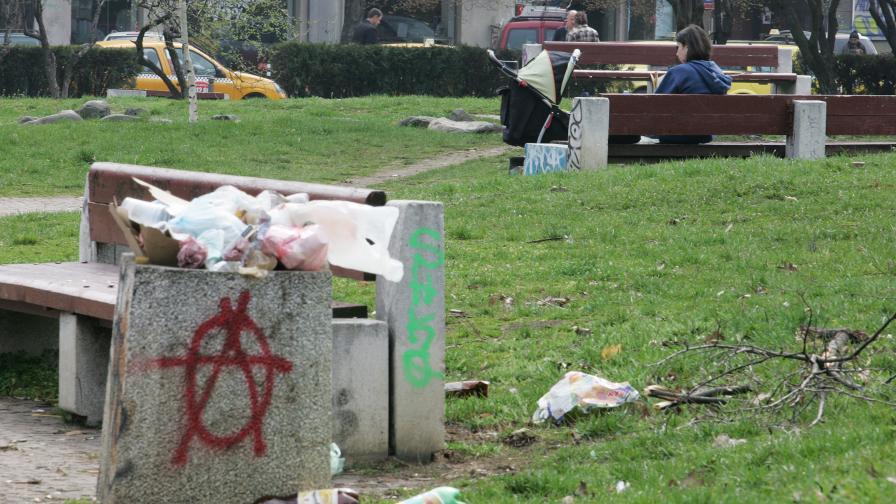 Жена с детска количка си почива в парка около НДК.