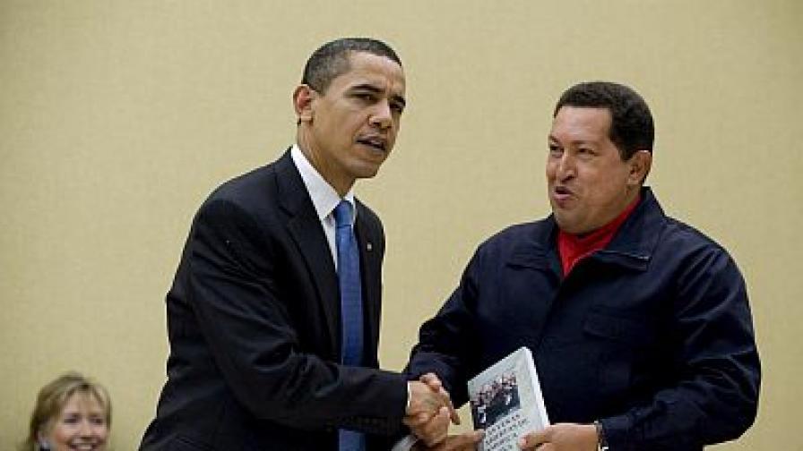 Уго Чавес подари на Барак Обама книга като жест на помирение