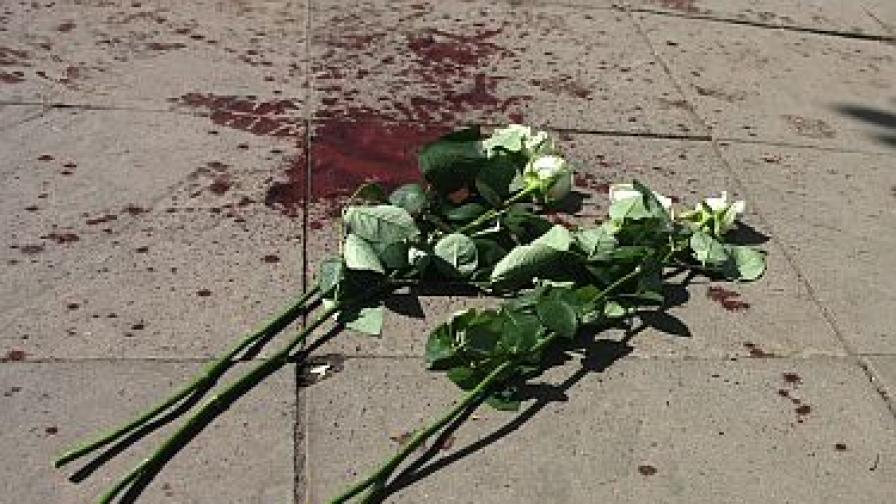 """Цветя върху кръвта на двамата младежи, които бяха убити пред клуб """"Соло"""" в София."""