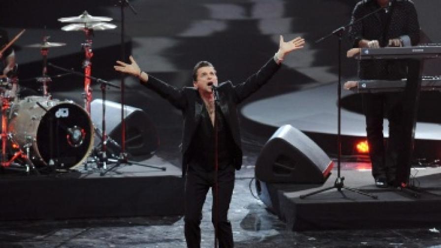 Геън на сцената по време на концерт в Германия