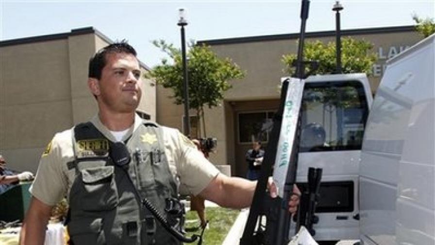 Полицай показва незаконно притежавано оръжие, намерено  по време на акцията