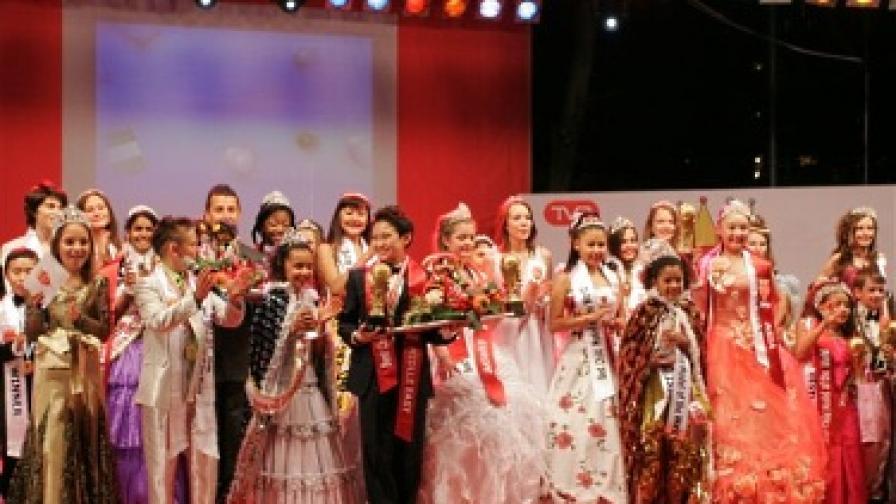 Победителите в компанията на останалите деца за финална снимка на подиума