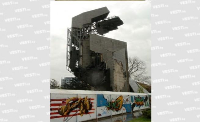 Ремонтират паметника пред НДК