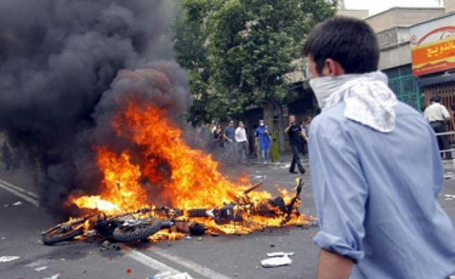 Сблъсъци в Техеран след изборната победа на Ахмадинеджад