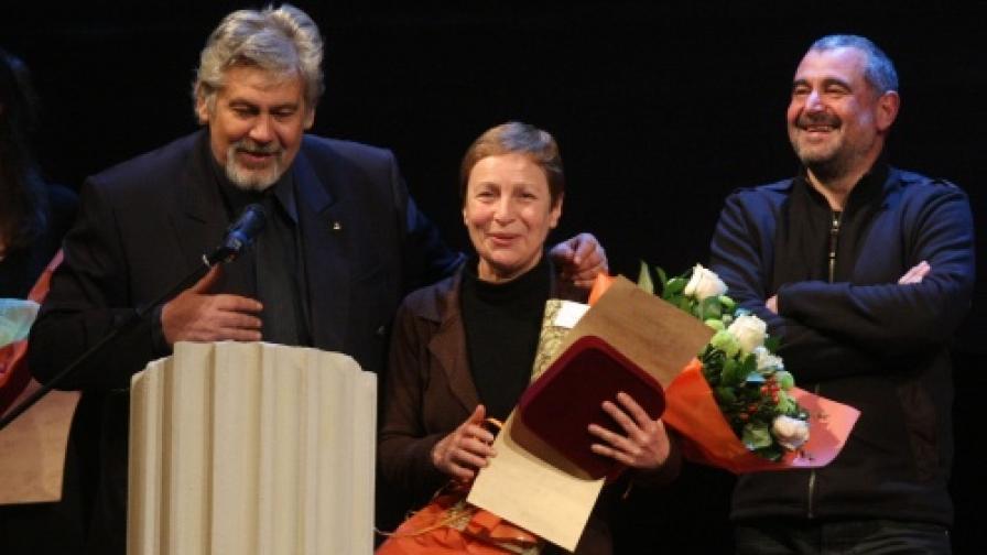 Маргарита Младенова и Иван Добчев получават Специална награда за най-успешна театрална трупа от министъра на културата Стефан Данаилов