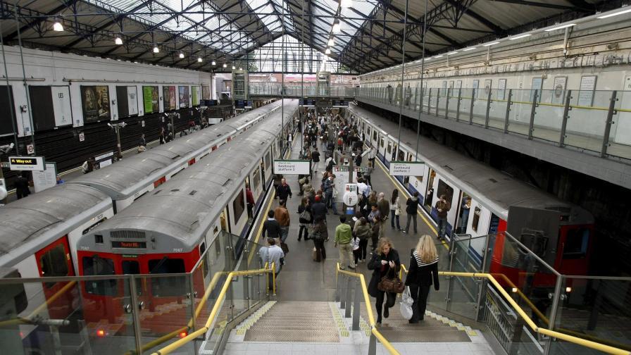 Лондонското метро го удря на философия