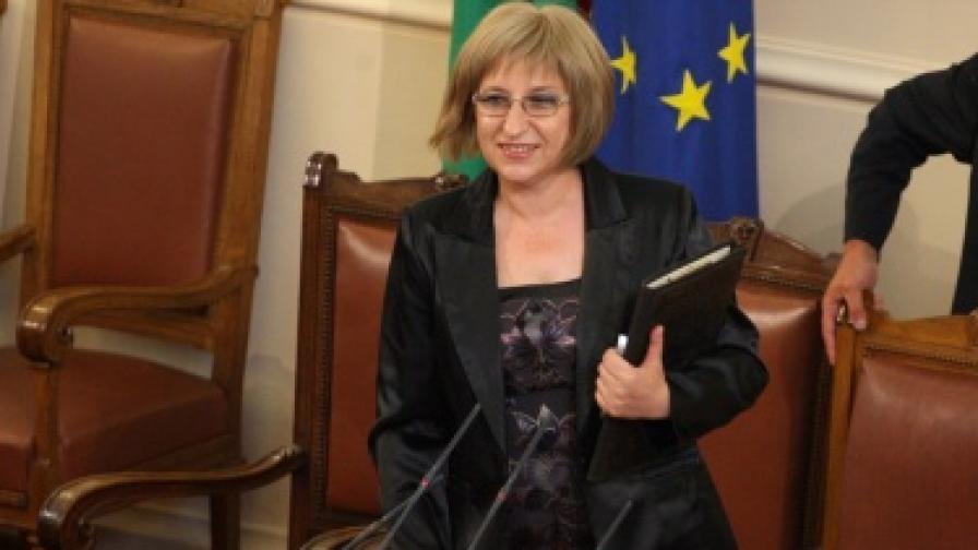 Цецка Цачева е първата жена председател на парламента след 1989 г.