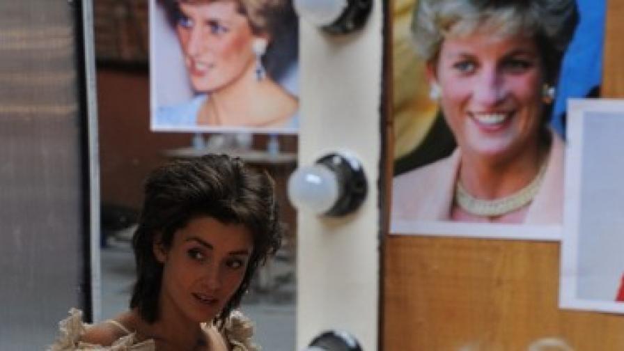 Ана Пападопулу в гримьорната със снимките на лейди Дайана