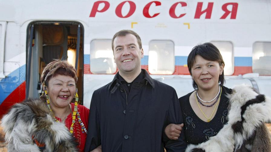 Медведев посрещнат от местни жители в Чукотка.