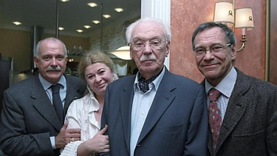Сергей Михалков през 2003 г. със съпругата си и синовете си Никита (вляво) и Андрей Кончаловски (вдясно)