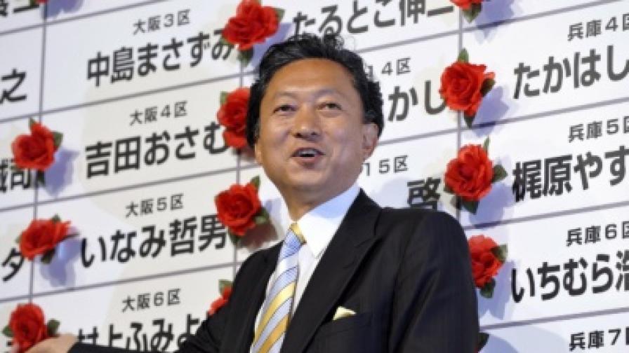 Юкио Хатояма поставя роза върху имената на избраните депутати от неговата партия