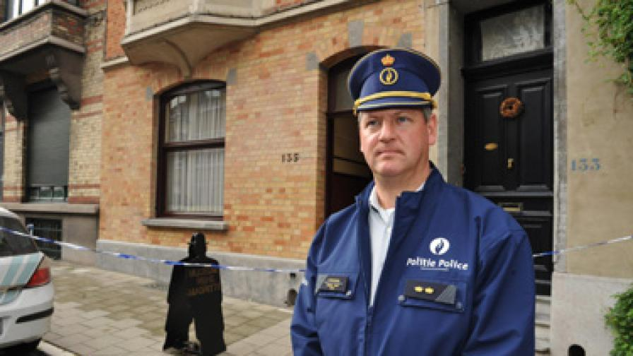 Полицай охранява пред музея след обира
