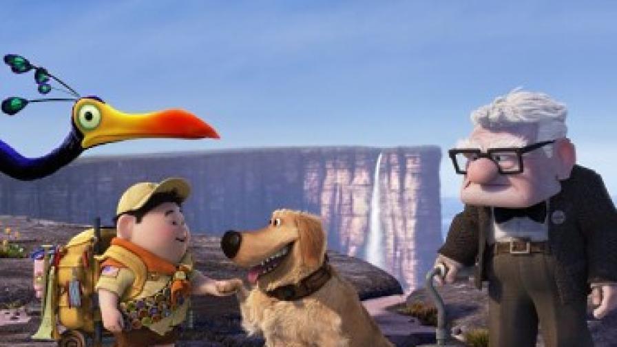 """Героите от """"В небето"""" на фона на водопада: птицата Кевин, Ръсел, кучето Дъг и Карл Фредриксен"""
