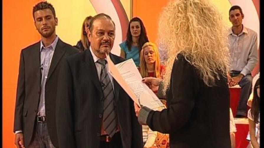 """Победителят от конкурса (в средата) и двойникът на Мехмет в студиото на """"Море от любов"""""""