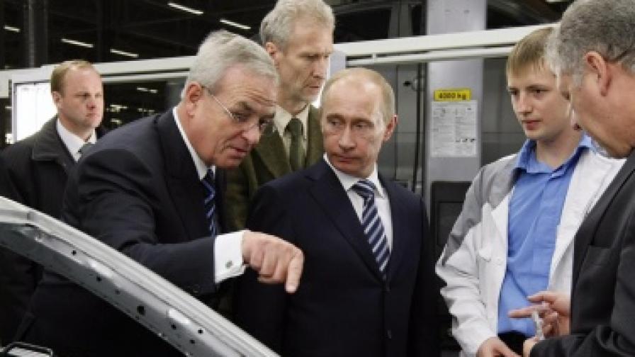 Мартин Винтеркорн (вляво) и Владимир Путин инспектират производството