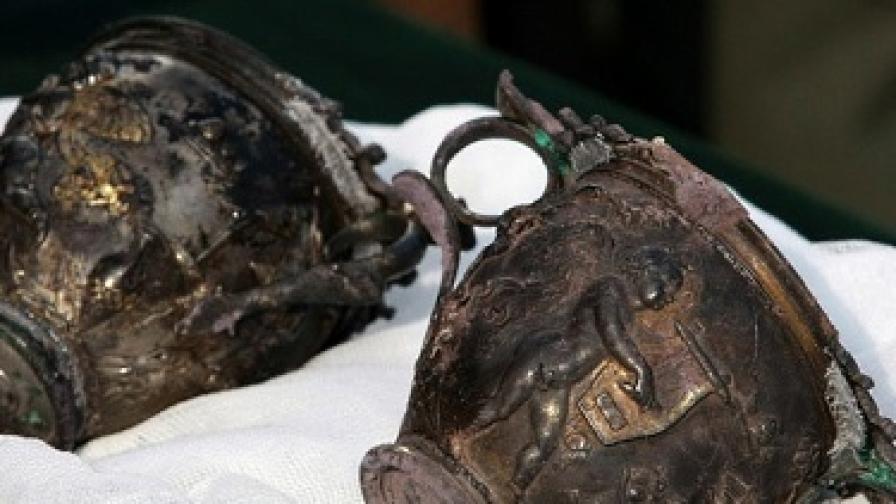 Две сребърни чаши с позлата, които са изпълнявали ролята на термоси, са сред откритите в гробницата предмети