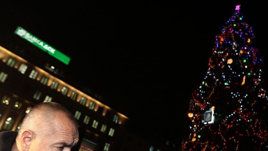 """Бившият кмет Бойко Борисов пали украсата на дървото пред хотел """"Рила"""" през 2007 г."""