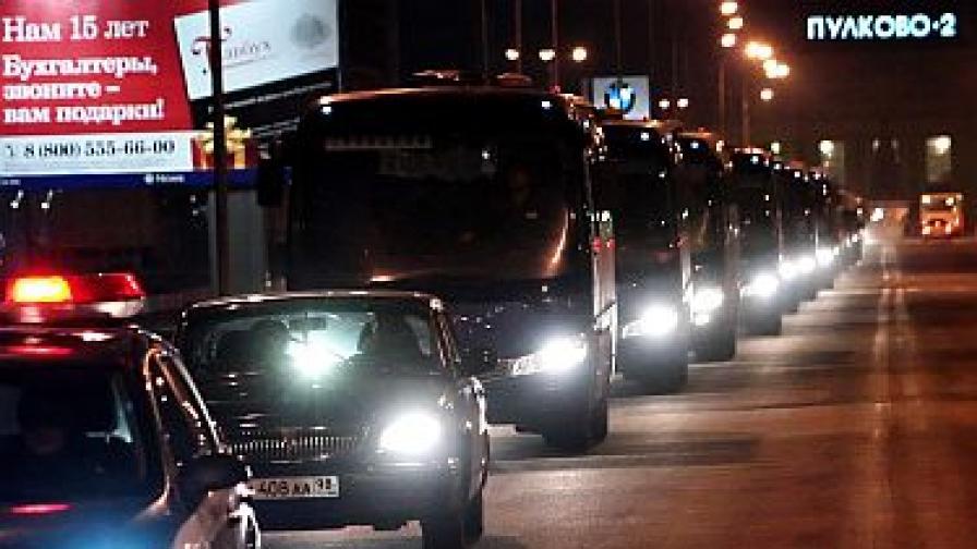 Автобуси пренасят телата на жертвите.