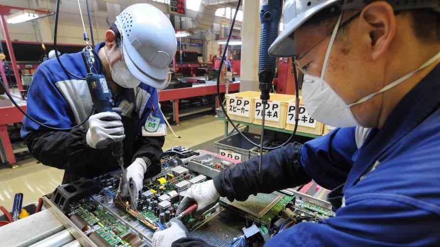 """Работници в """"Панасоник"""" разглобяват стари телевизори в еко отдела."""