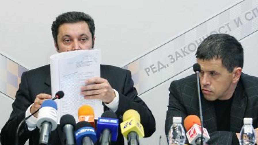 """Яне Янев показва заповедта за запечатване на кабинета му, подписана """"от един неграмотен Лъчо Иванов"""""""