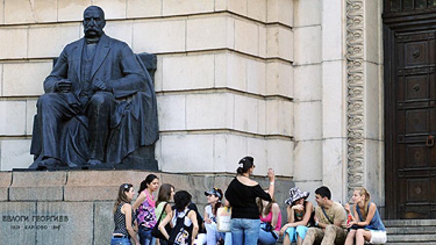 Паметникът на един от най-изтъкнатите български филантропи - Евлоги Георгиев - пред Ректората на СУ