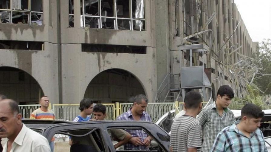 След самоубийствена бомбена атака срещу Министерството на правосъдието в Багдад. Убити бяха 130 души (снимка от 25.10.2009)