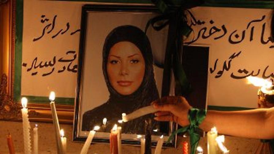 Бдение в памет на Неда Солтан. Тя бе убита по време на протестите срещу изборните резултати в Иран през юни и се превърна в символ на репресиите в страната