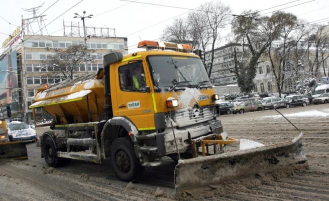 Над 1000 машини чистят снега в страната