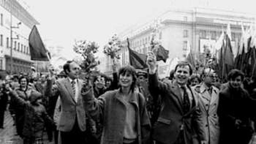 1 май 1986 г. - тези хора поздравяващи Т. Живков и другарите му, не знаят какво дишат