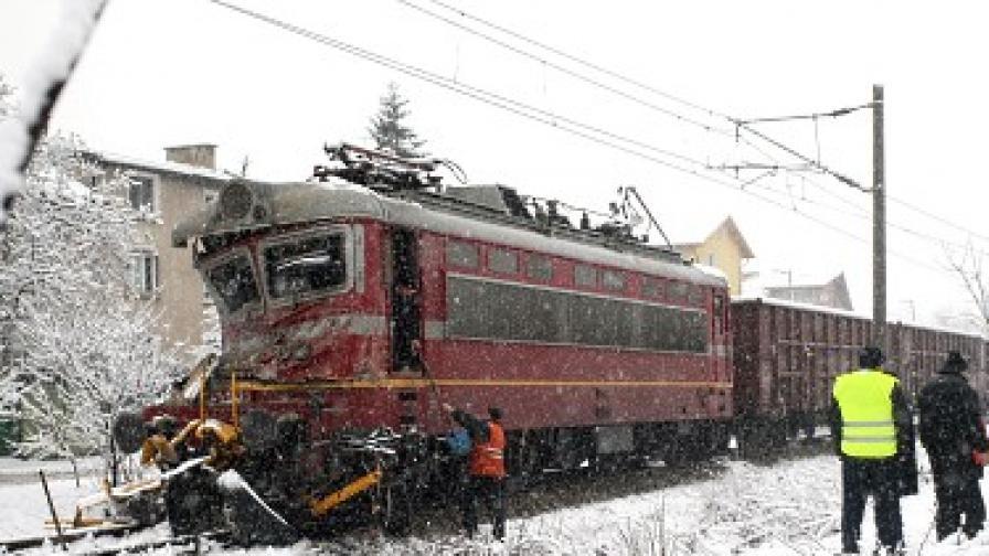 На прелез: Влак удари снегорин, уби шофьора