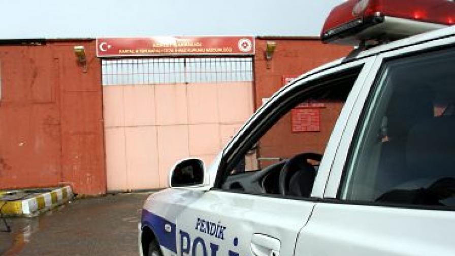 Арестувани са 13 полицейски служители