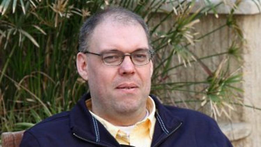 Мур в английското посолство в Багдад след освобождаването си през декември 2009 г.