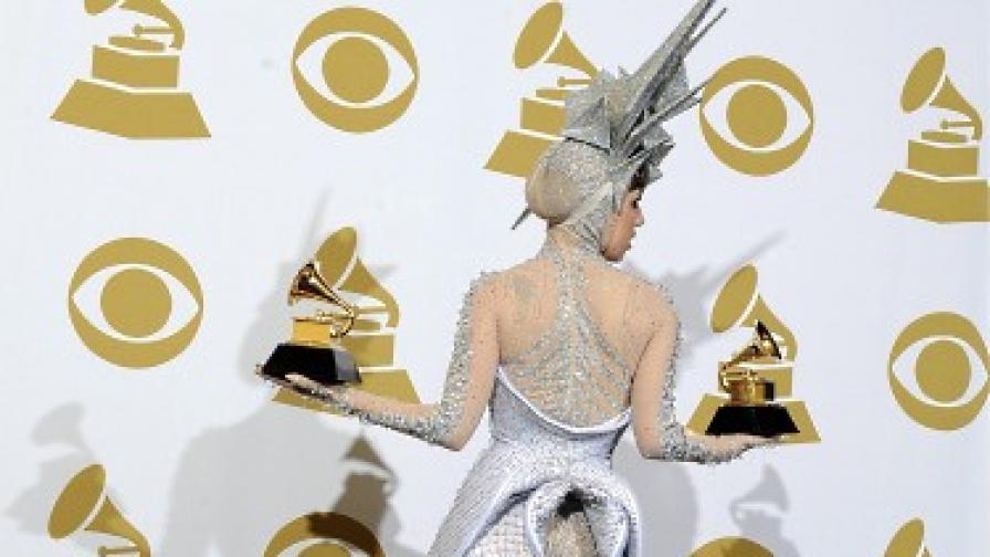 """Лейди Гага позира с двете си награди """"Грами"""" в категориите за денсмузика"""