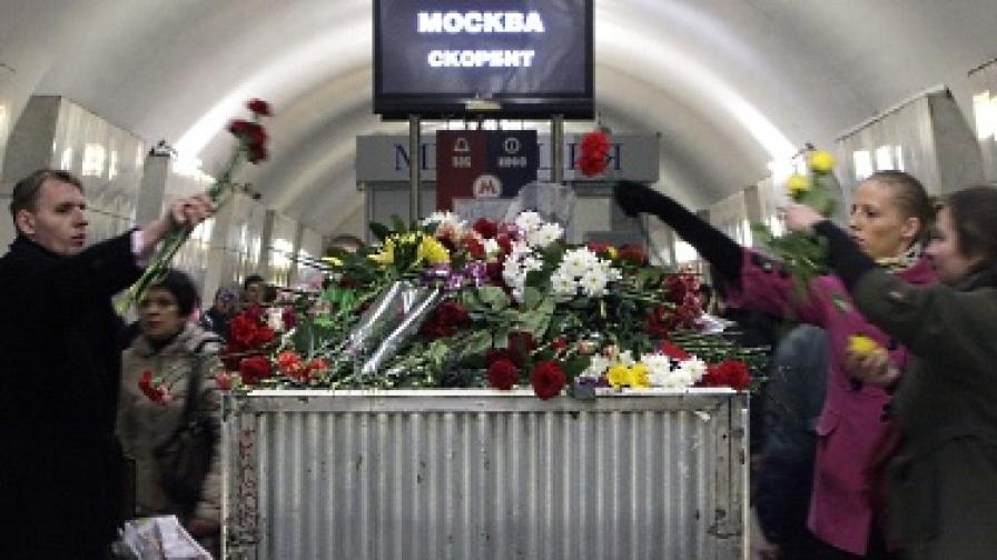 """Граждани поставят цветя в метростанция """"Лубянка"""" в памет на жертвите на атентата на 29 март"""