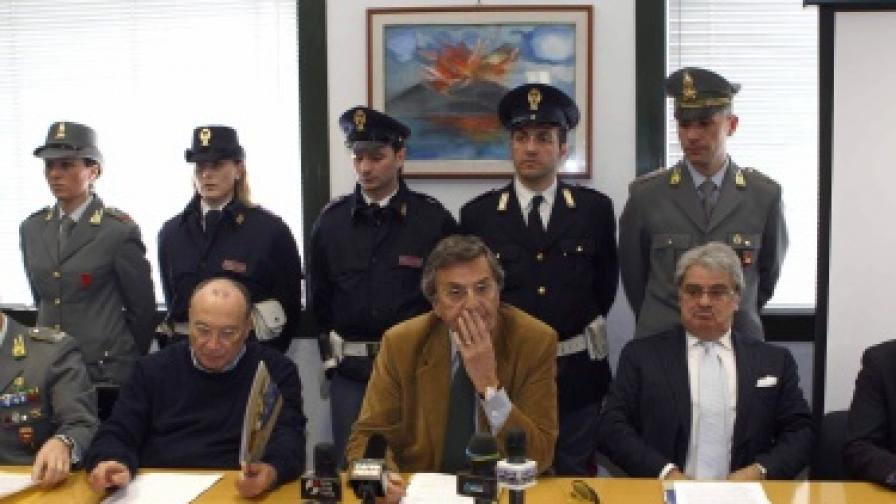 Градският прокурор на Неапол Джандоменико Лепоре (в средата) заедно с представители на полицията дава пресконференция