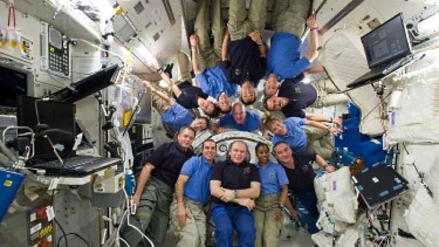 """Снимка за спомен на космонавтите от """"Союз"""" и астронавтите от """"Дискавъри""""."""