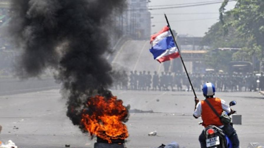 """Армията срещу """"червените ризи"""" в Тайланд"""