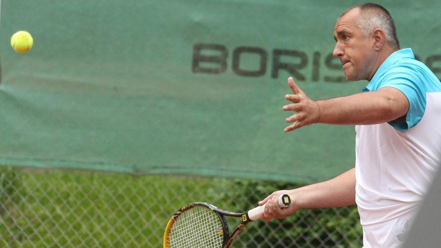 Бойко Борисов и парньорът му Бисер Димитров победиха Николай Гигов и Сашо Йовков в демонстративен мач по тенис днес