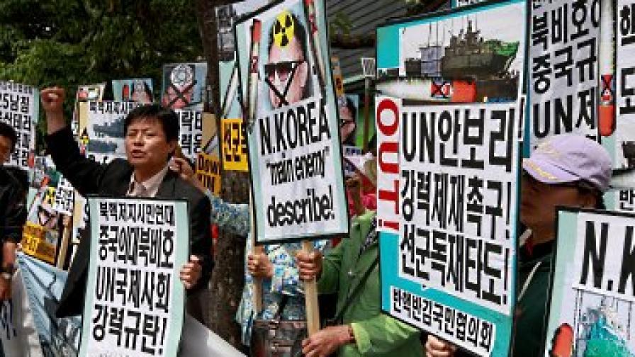 Южнокорейски активисти протестират срещу Северна Корея, близо до американското посолство в Сеул