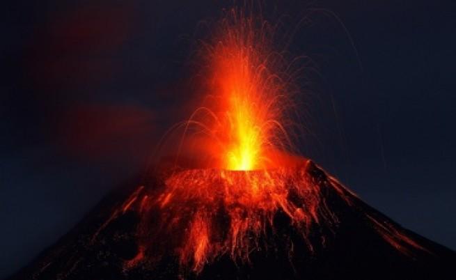 Два вулкана изригнаха едновременно в Латинска Америка