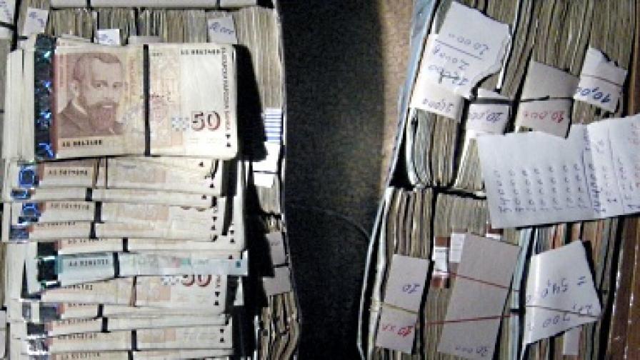 Шефът на данъчните затрупан със сигнали за корупция