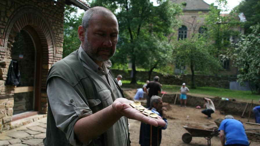 """Този месец екипът на Николай Овчаров отри най-голямото монетно златно съкровище на Велико Търново при разкопки в църквата """"Св. Св. Петър и Павел"""""""
