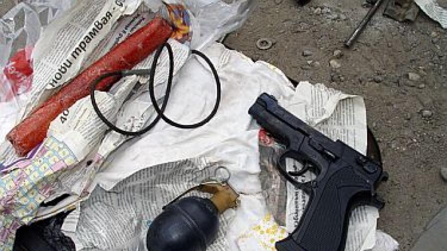 Откритите взривни устройства и пистолет