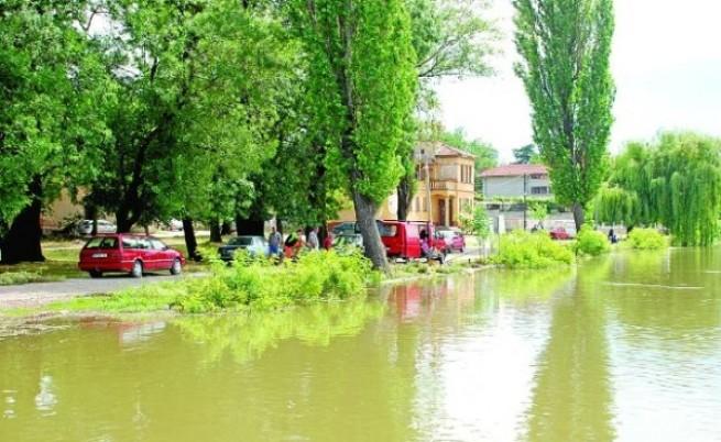 Дунав вече залива Лом